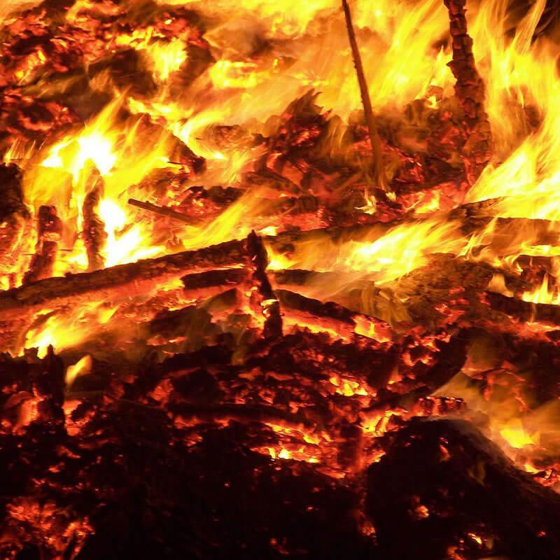 Desvendando Exu | Arole Cultural: Odus de Nascimento e Jogo de Búzios | Como povo nômade, a fogueira - ou melhor, o fogo - tem, para os Ciganos, um significado essencial de subsistência e proteção. Muito utilizada nos...